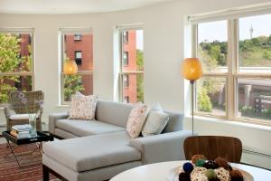 Bright, airy housing unit @ 270 Centre